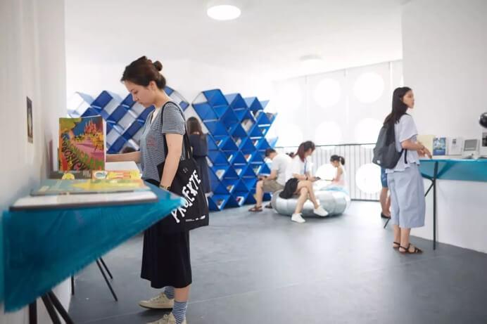二层阅读区 展示了启发众建筑设计灵感的书籍